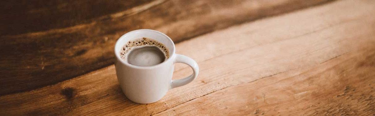 כוס קפה על שולחן